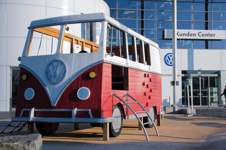 A Volkswagen haszonjárműves ügyfélközpontja előtti Transporter-csúszda és -mászóka