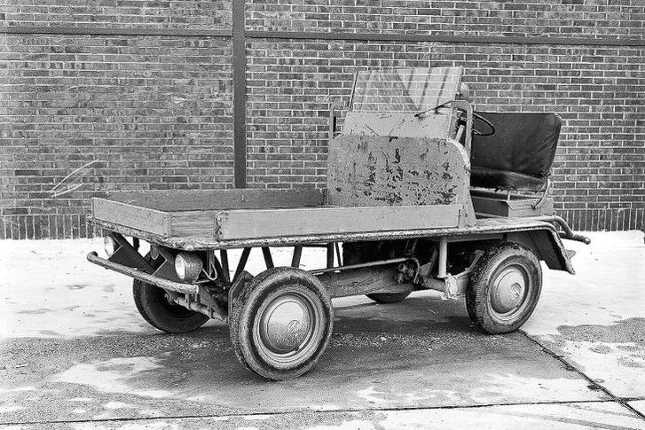 Ez a jármű minden Transporterek ősanyja. A Plattenwagenek a Volkswagen gyárban dolgoztak, Bogár alkatrészekből kendácsolták őket, az első tengely feletti platón szállították az alkatrészeket.