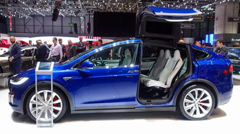 Beültünk a Tesla Model X-be