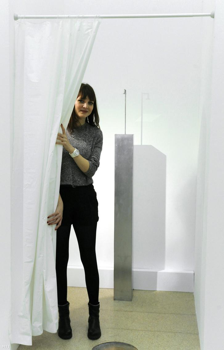 Hardi Ágnes szobrászművész Zuhany című alkotása előtt