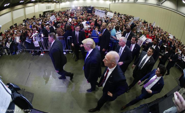 Trump és a testőrei bevonulnak a kampánycsarnokba Louisville-ben