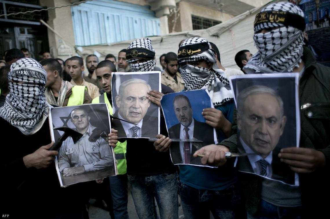 Késes palesztin tüntetők Benjamin Netanjahu portréjával a gázai övezetben