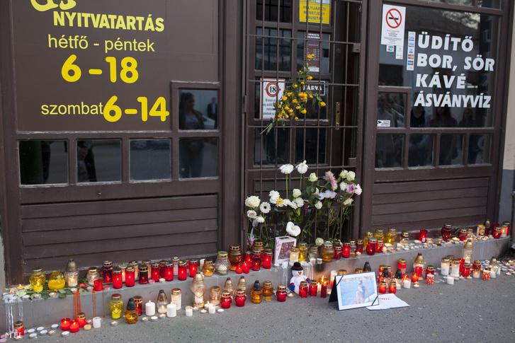 Mécsesek és virágok a kaposvári dohánybolt előtt 2015. április 23-án