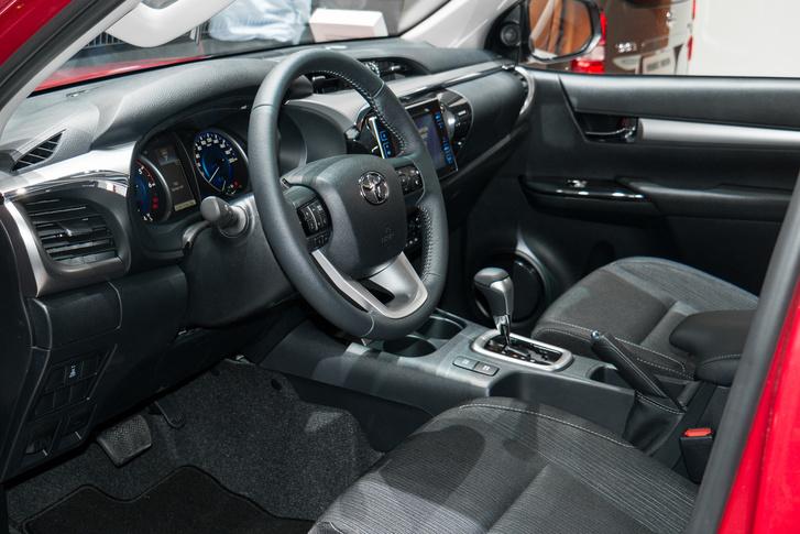 Toyota Hilux - Egészen normális a szerelvényfal, de a melós változatok biztosan egyszerűbbek lesznek
