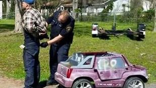Egy rózsaszín gyerekautóból ráncigálták ki a rendőrök a hitelkártyatolvajt