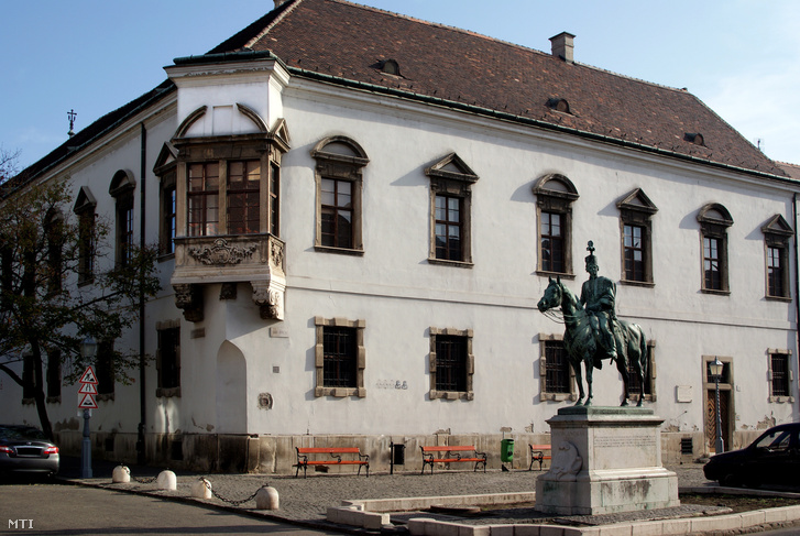 A régi Városháza barokk stílusú sarokerkélyes mûemlék épülete