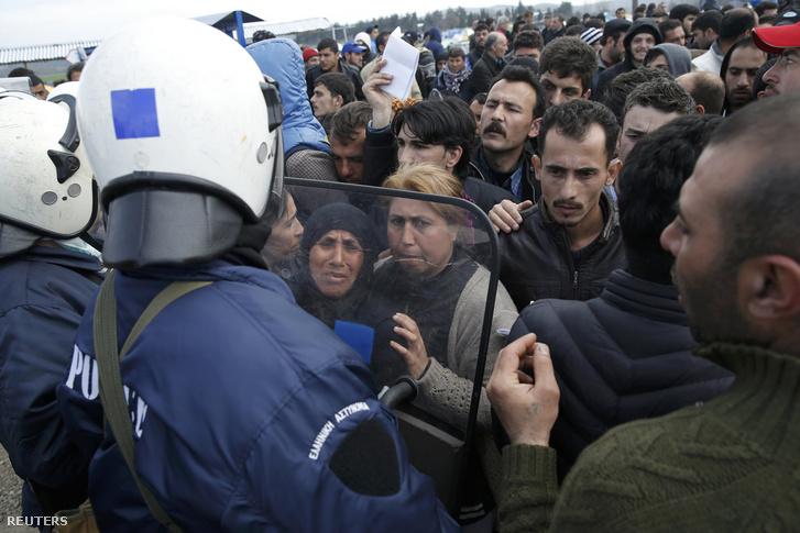 Menekülteket próbálnak visszatartani a rendőrök a görög-macedón határnál Idomeninél.