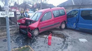 A kerítés állította meg a kisbusszal ütköző autót Pesterzsébeten