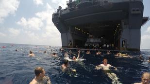 Kemény: anyahajóról fürdőznek a tengerészgyalogosok
