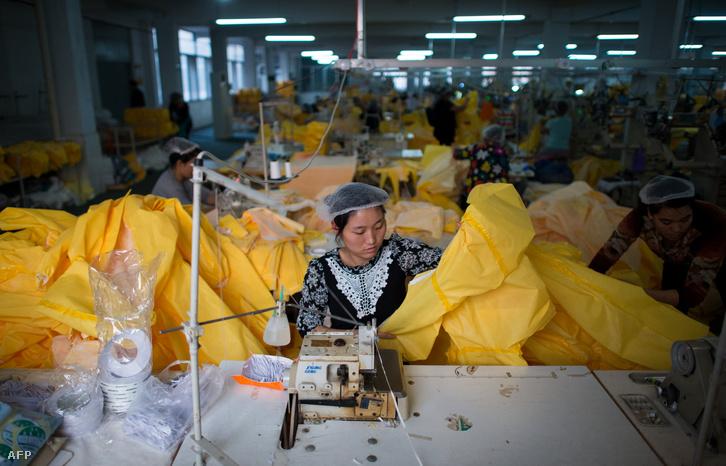 Egy kínai munkás készít védőruhákat az ebola ellen dolgozóknak