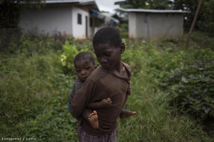 Egy testvérpár a libériai Gantában, ahol a legutóbbi ebola-járvány először ki ütötte a fejét.