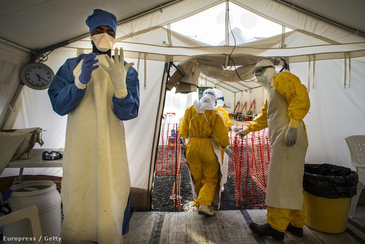 Az orvosok határok nélkül szervezet önkéntesei egy ebolával fertőzött területen Libériában.