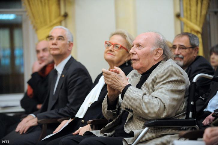 Kertész Imre Nobel-díjas író (j) a 85. születésnapja alkalmából rendezett ünnepségen a Petőfi Irodalmi Múzeumban 2014. november 18-án. Az író mellett felesége Kertész Magda és Balog Zoltán az emberi erőforrások minisztere (j3).