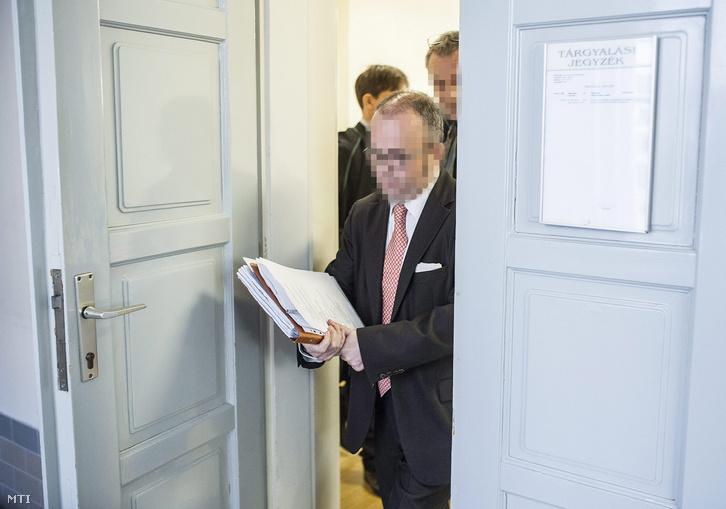Az Orgovány és Vidéke Takarékszövetkezet volt vezetőjének és társainak büntetőpere másodrendű vádlottja K. Szilárd a Kecskeméti Törvényszék épületében 2015. szeptember 14-én. A bíróság elnapolta a büntetőper tárgyalását.
