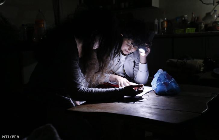 Zseblámpa fényénél tanulnak Damaszkuszban