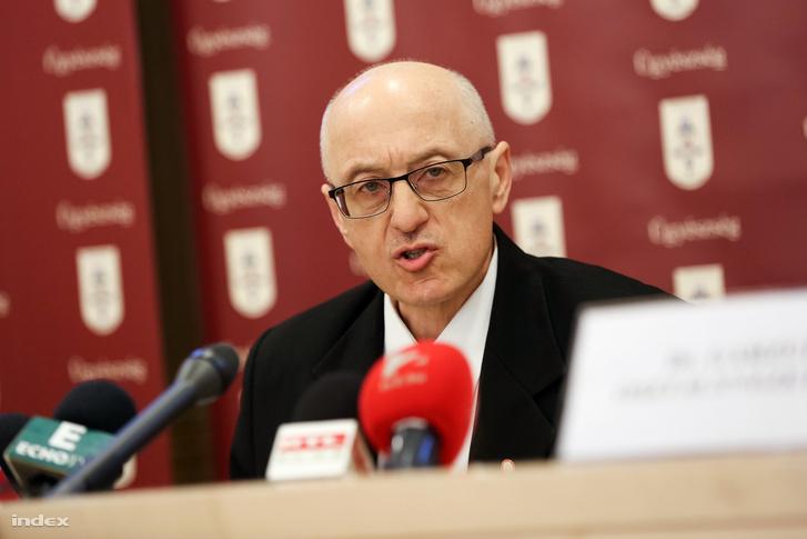 Dr. Keresztes Imre főügyész ismerteti a vádat a pénteki sajtótájékoztatón.