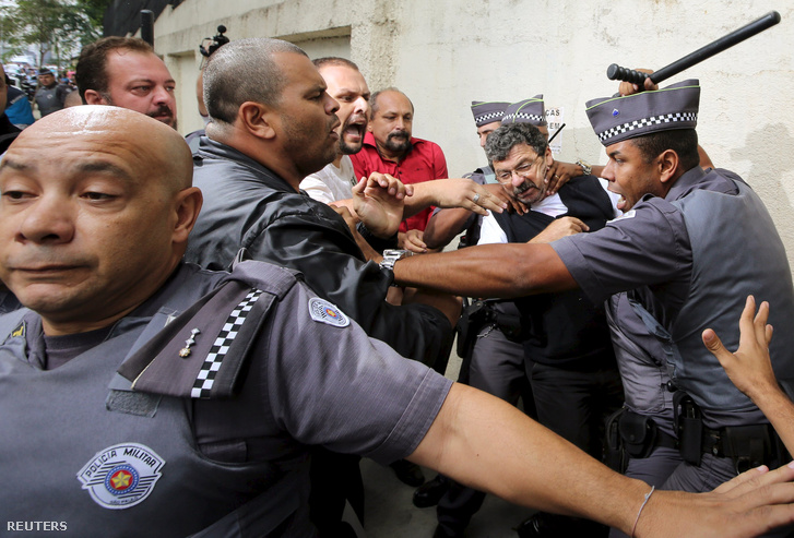 Rendőrök és tüntetők összecsapása a volt brazil elnök háza előtt