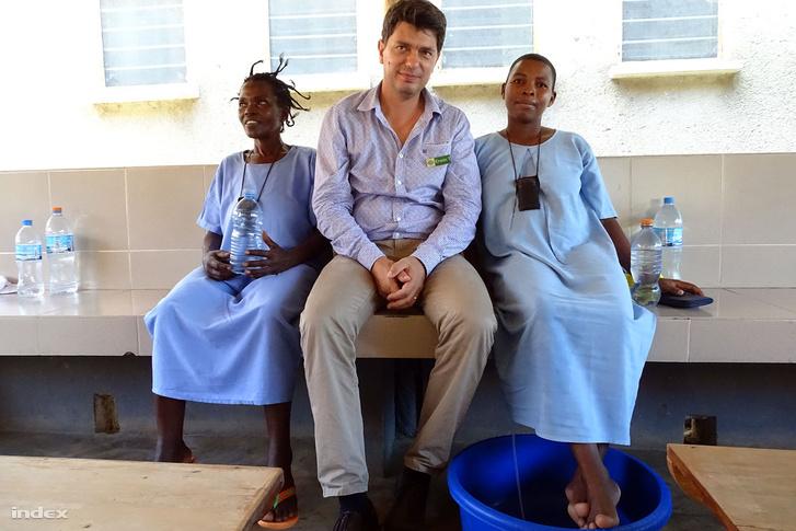 Erwin Telemans, a CCBRT vezérigazgatója a fisztulaosztály két betegével.
