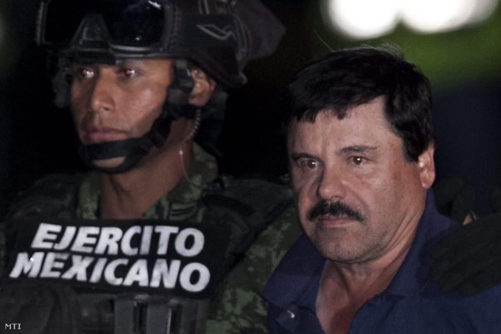 Joaquín Guzmán bilincsben 2016. január 8-án.