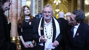 Benkő László a körömrágás miatt festi a körmeit