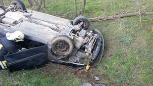 Ebből a felborult autóból ki tudott szállni a sofőr