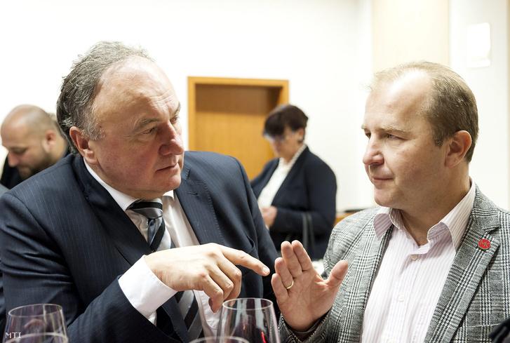 Csáky Pál a Magyar Közösség Pártja (MKP) európai parlamenti (EP-) képviselõje (b) és Farkas Iván az MKP gazdasági és fejlesztési alelnöke