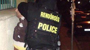 A kelleténél jóval több rendőr lepte el a Hős utcát