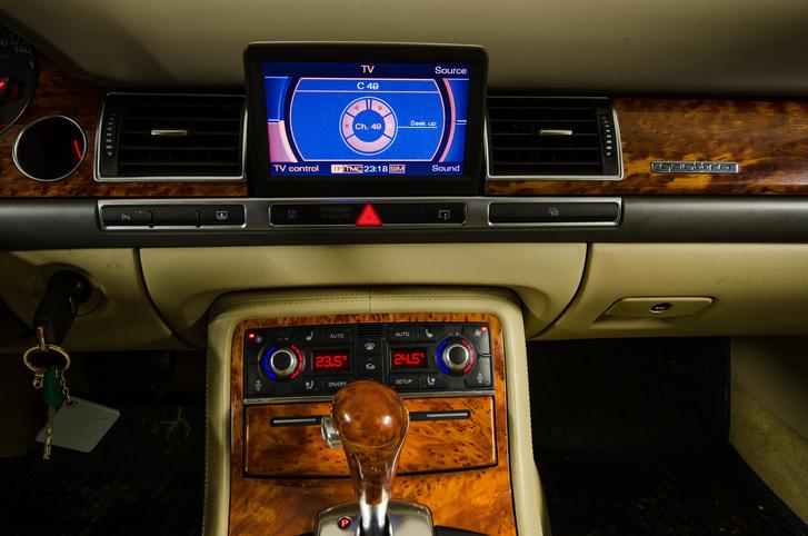 A műszerfalból kiemelkedő tévé tökéletesen működik, de időközben megszűnt az analóg tévéadás.