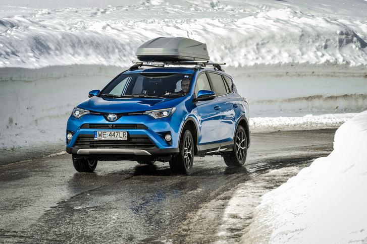 Elöl egy 2,5 literes, Atkinson-ciklusú benzinmotor és 105 kW-nyi villanymotor, hátul még 50 kW mozgatja. Egyszerre összesen 197 lóerőt tud leadni