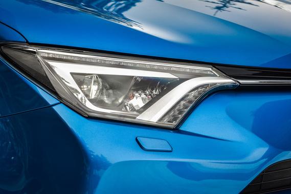A RAV4-en is megjelentek a ledes első lámpák: nagy fényár az autó előtt, markáns sötét-világos határvonallal