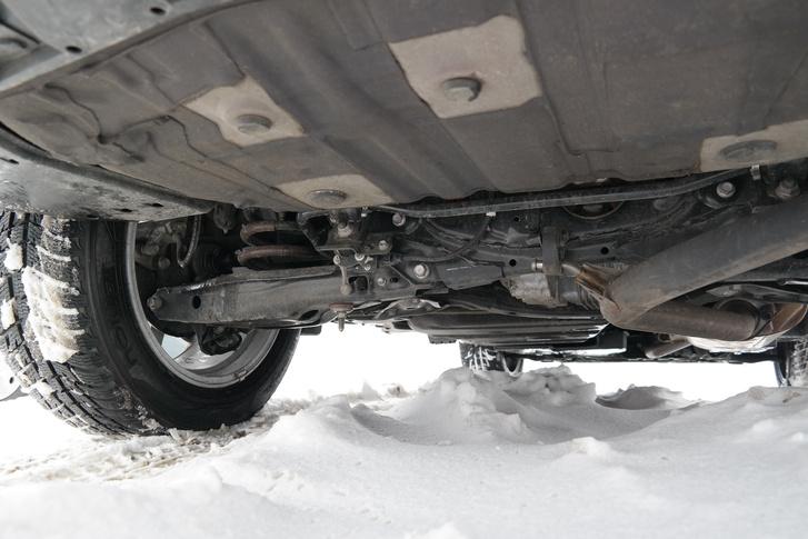 Középen kandikál az 50 kW-os hátulsó villanymotor, ez teszi összkerekessé a RAV-4-est