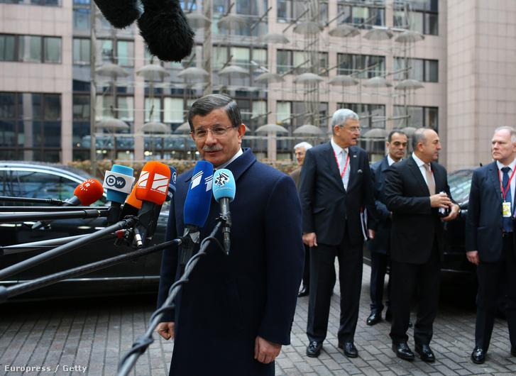 Ahmet Davutoğlu újságíróknak nyilatkozik az Európai Unió és Törökország vezetőinek rendkívüli migrációs csúcstalálkozója előtt Brüsszelben 2016. március 7-én. (MTI/EPA/Laurent Dubrule)