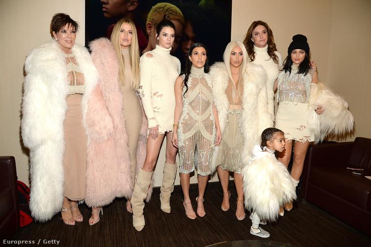 Kris Jenner, az anya, Khloe Kardashian, Kendall Jenner (féltestvér), Kourtney és Kim Kardashian (vér szerinti testvérek), Caitlyn Jenner (nevelőszülő), Kylie Jenner (féltestvér), a kisgyerek pedig North West.