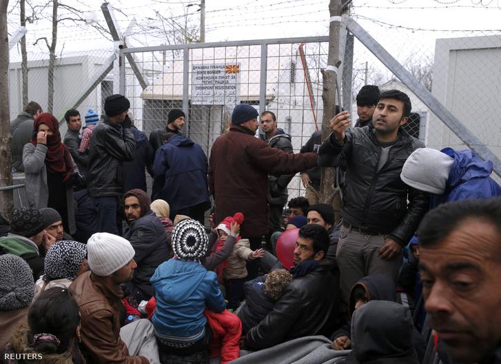 Menekültek várakoznak átkelésre a görög-macedón határon felállított befogadótáborban, Idomeni közelében, 2016. március 7-én.