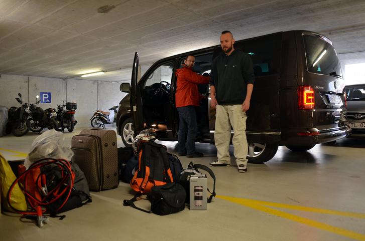 Számoljunk: egy Bálna-sofőr, egy socialmedia-felelős-Multivan-tesztíró a másik autóba, egy fotós, egy operatőr, egy snowboardos és Kiskovi, azaz Kristóf, aki megnyerte videókészítő-pályázatunkat. Hat ember cucca, plusz az elengedhetetlen eszközök: kellett a Multivan, mint egy falat kenyér