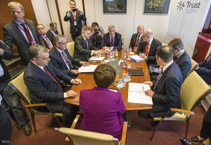 Az Európai Tanács által közreadott kép Orbán Viktor magyar (b) Robert Fico szlovák (b3) Bohuslav Sobotka cseh (j3) és Beata Szydlo lengyel miniszterelnökrõl (k háttal) a visegrádi csoport vezetõinek megbeszélésén amelyet az Európai Unió és Törökország vezetõinek rendkívüli migrációs csúcstalálkozója elõtt tartottak.