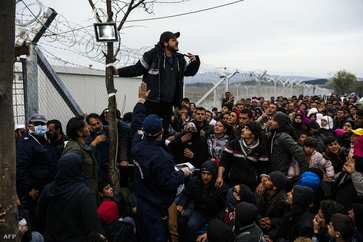 Menekültek várakoznak a görög-macedón határon