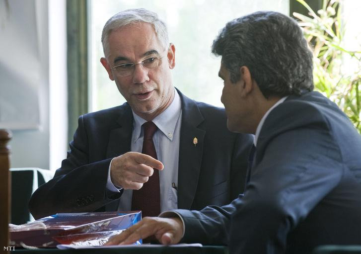 Balog Zoltán, az emberi erõforrások minisztere (b) és Farkas Flórián, az Országos Roma Önkormányzat elnöke sajtótájékoztatót tartanak az új roma politikáról (2012)