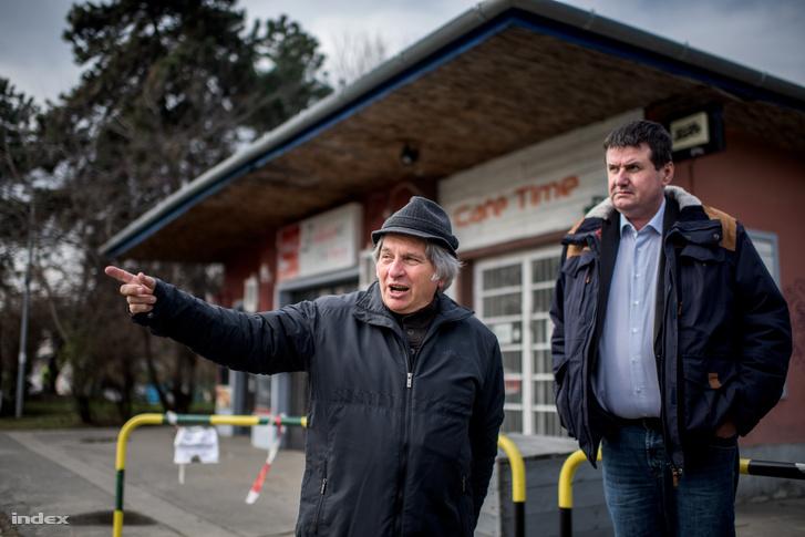 Az átjáró szomszédságában lakó Gerencsér Péter (a képen balra) valamint Csomor Ervin XVI. kerületi alpolgármester.
