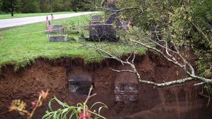 Kimosta a földből a koporsókat az árvíz