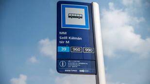 Ezek a buszmegállótáblák a jövőből jöttek Budapestre