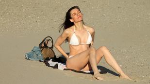 Bár mind ott lehetnénk, ahol ez a bikinis színésznő labdázik!