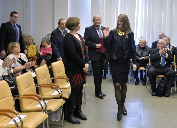 Colleen Bell budapesti amerikai nagykövet (elöl j) és Komlósi Gábor a Magyar Újságírók Országos Szövetségének (MÚOSZ) elnöke (háttérben k) érkezik a magyar sajtó napja alkalmából rendezett díjátadóra.