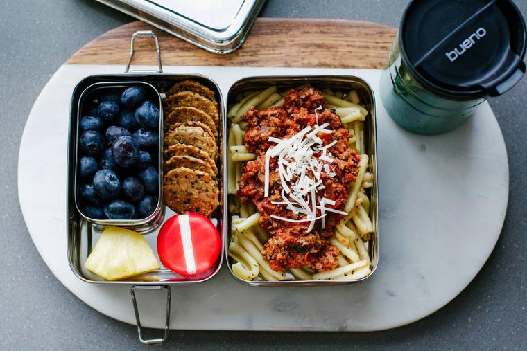 HétfőBolognai spagetti, kék áfonya, ananászszelet, sajt, keksz és afrikai vöröstea