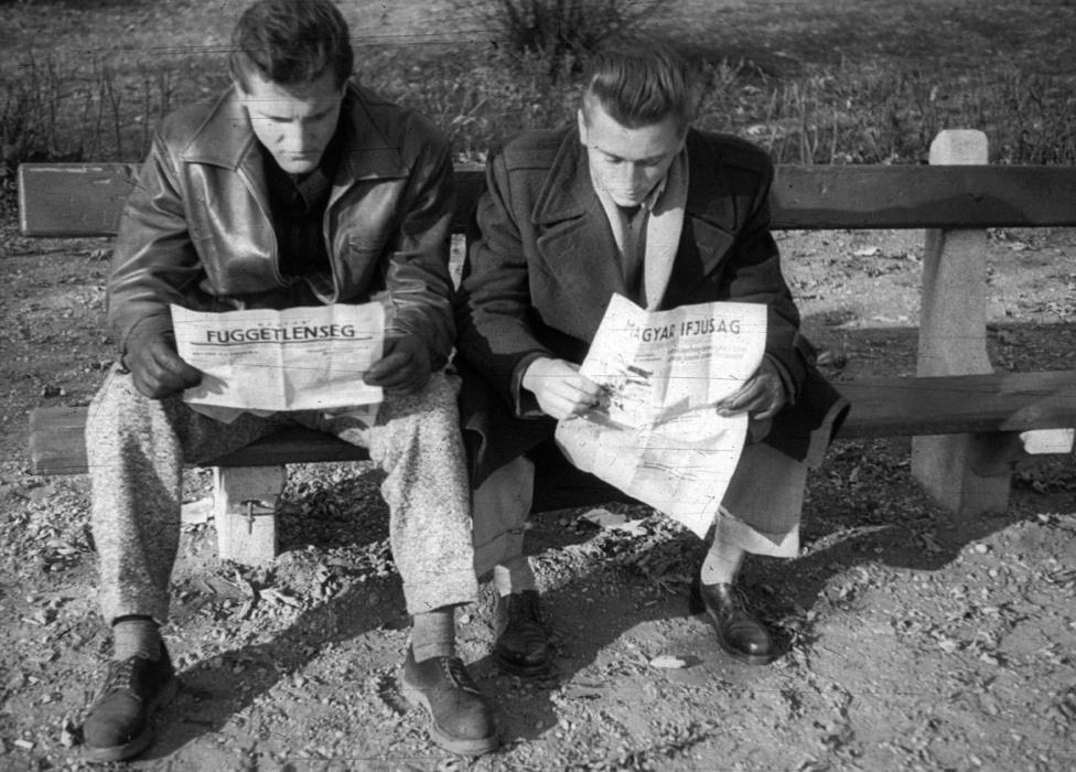 Két egyetmista külsejű srác a Köztársaság tér egyik padján, a Magyar Függetlenség és a Magyar Ifjúság friss példányaival.                          Lehet, hogy a fotós barátai voltak?