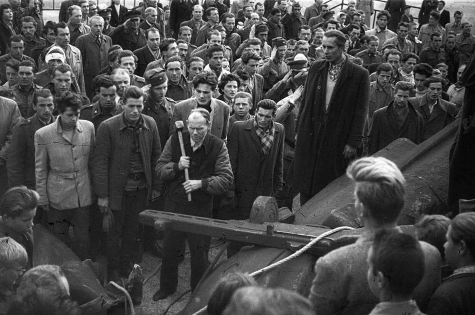 """Himnuszéneklés szobordöntés után. A Gellért-hegyi Felszabadulási Emlékmű """"Felszabadító szovjet katona"""" mellékalakja                          kivérzett."""