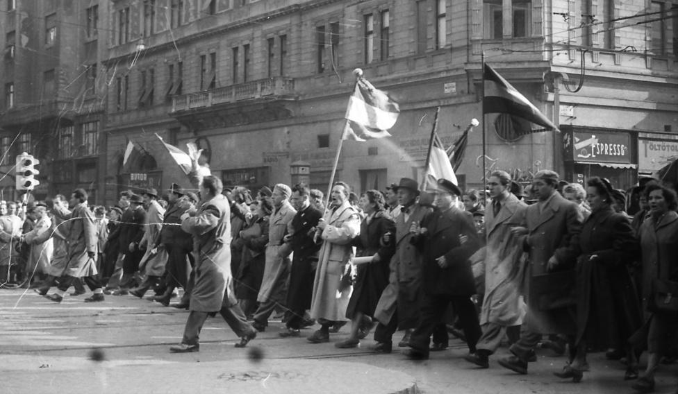 Tüntetők az Erzsébet (Lenin) körút - Király (Majakovszkíj) utca sarkán. Csokornyakkendős hivatalnok, egyenruhás vasutas                          és a nézelődő pestiek.