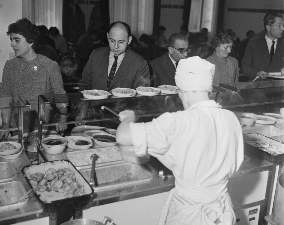 Önkiszolgáló étterem, amit, mint említettem, szintén a világvárosiasság egyik szimbólumának tekintettem gyerekfejjel. A nyolcvanas évek első felében édesapámmal sokszor jártunk Budapestre vonattal, foci-, vízilabda- vagy jégkorongmeccsre, BNV-re, múzeumokba, mikor hová. Ilyenkor mindig ilyen helyen ettünk, és valahogy az a kép alakult ki benne, hogy a nagykörút tele van ilyen helyekkel. Mindig az élet császárának éreztem magam hogy milyen csuda dolgok vannak a világban: étterem, ahol látom, miből választhatok, és az sem zavart, hogy a háromszög alakú alumíniumtálcák és az evőeszközök a mosogatástól melegek és nyirkosak, és hogy mindent beleng a kelkáposzta-főzelék szaga.                         Még eléggé gyerek voltam, általános iskolás, amikor édesapám meghalt. De én nagyon sokáig nem hittem ezt el, és nem egy ilyen általános tagadás volt ez, hogy velem-ez-nem-történhet-meg, hanem tizenkevéséves gyerekfejjel nagyon biztosan tudtam, hogy egyszer majd, amikor nagyobb leszek, és már egyedül is elmehetek Budapestre, egy ilyen körúti önkiszolgálóban szembejön velem apa, a szokott világosbarna ballonkabátjában, és minden újra rendben lesz. És aztán elég sok idő eltelt, amikor, már a kilencvenes években, egyedül eljutottam Pestre. És a Keletitől elgyalogoltam a Blahára, és elindultam a körúton, és kiderült, hogy az önkiszolgálók már mind bezártak (és nyilván nem is volt minden sarkon, mint ahogy a gyermeki emlékezetben élt a kép), és akkor - akkor vesztettem el apát igazán és örökre.