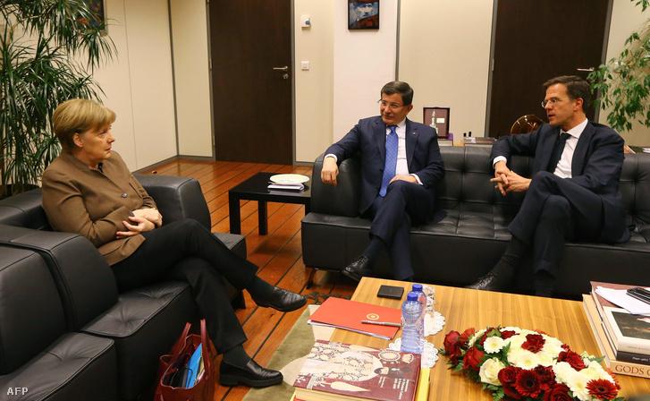 Angela Merkel német kancellár, Ahmet Davotoglu török miniszterelnök és Mark Rutte holland miniszterelnök megbeszélése Brüsszelben, 2016. március 6-án.