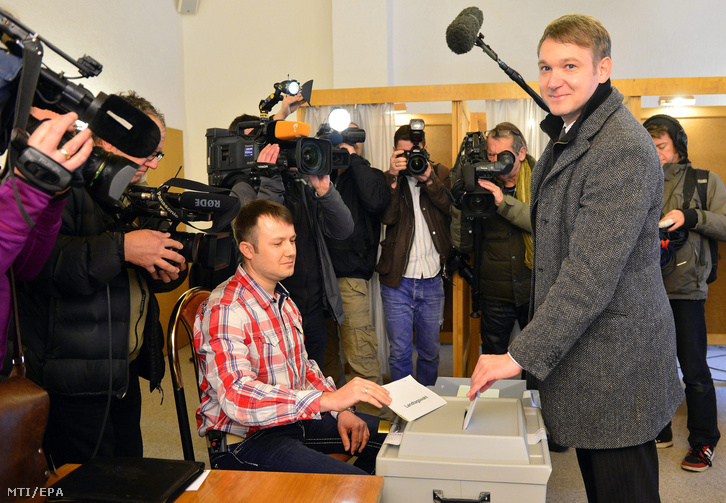 André Poggenburg az Alternatíva Németországnak (AfD) párt elnöke és listavezetõje szavaz a szász-anhalti tartományi választáson Stössenben